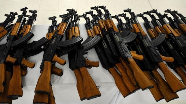 https: img-z.okeinfo.net content 2019 03 14 18 2029884 anak-mengadu-sambil-nangis-seorang-ayah-bawa-senapan-ak-47-datangi-sekolah-Wit8b3V53M.jpg