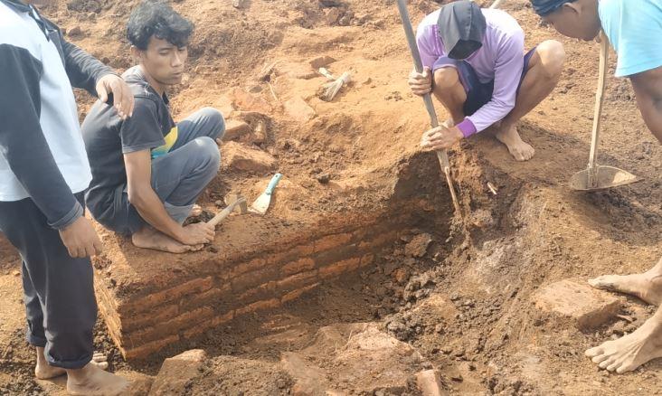 https: img-z.okeinfo.net content 2019 03 14 519 2030037 bangunan-diduga-situs-kuno-kembali-ditemukan-di-lokasi-proyek-tol-malang-pandaan-Xq5daMEiOl.JPG
