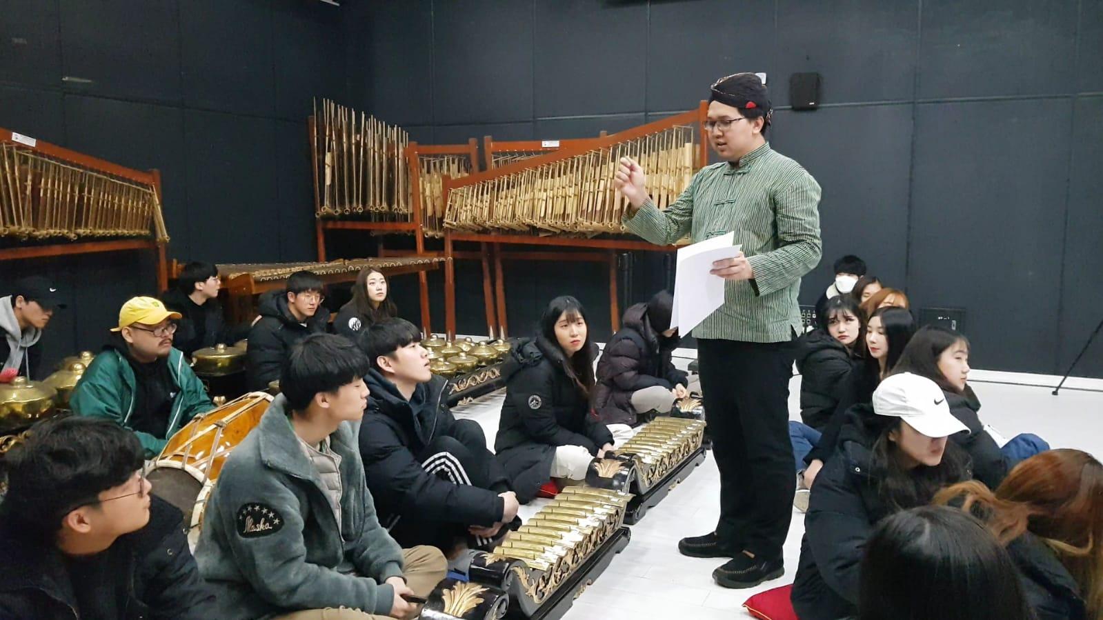 https: img-z.okeinfo.net content 2019 03 14 65 2029761 universitas-seni-di-korea-ajarkan-musik-gamelan-1cVU6blsvR.jpeg