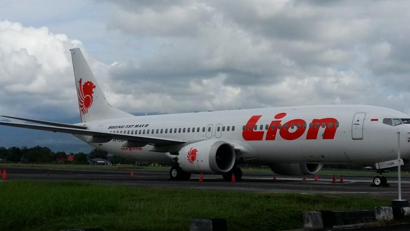 https: img-z.okeinfo.net content 2019 03 16 340 2030904 pesawat-boeing-737-max-8-milik-lion-air-ditahan-di-bandara-sam-ratulangi-ou13xoo2UW.jpg