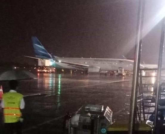 https: img-z.okeinfo.net content 2019 03 16 510 2030714 pesawat-garuda-indonesia-tergelincir-di-bandara-adisutjipto-yogyakarta-x6mza8Zij9.jpg