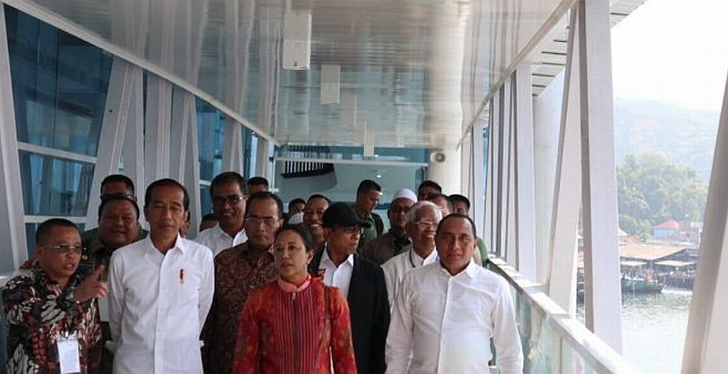 https: img-z.okeinfo.net content 2019 03 17 320 2031123 ketika-presiden-jokowi-dibisiki-pak-runway-bandara-fl-tobing-diperpanjang-ht1NhHTgvu.jpg
