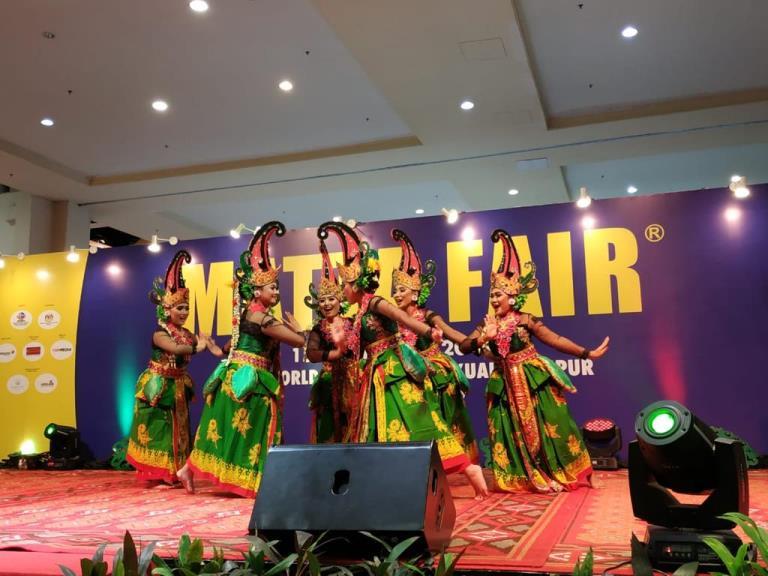 https: img-z.okeinfo.net content 2019 03 18 1 2031443 kemenpar-suguhkan-tari-gandrung-banyuwangi-di-matta-fair-2019-NOkfVdH5Sj.jpg