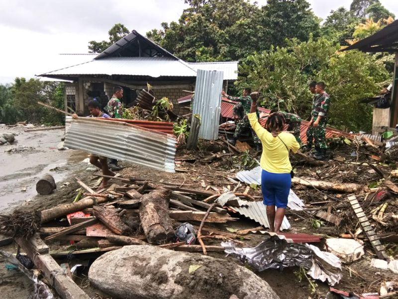 https: img-z.okeinfo.net content 2019 03 18 337 2031776 tni-terjunkan-tim-reaksi-cepat-satgas-bantu-evakuasi-korban-banjir-sentani-dPtb1q15V5.jpg