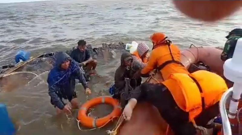 https: img-z.okeinfo.net content 2019 03 18 340 2031769 kapal-karam-di-muara-asmat-tim-sar-berhasil-selamatkan-kapten-dan-6-abk-Ci5NgmCnFn.jpg