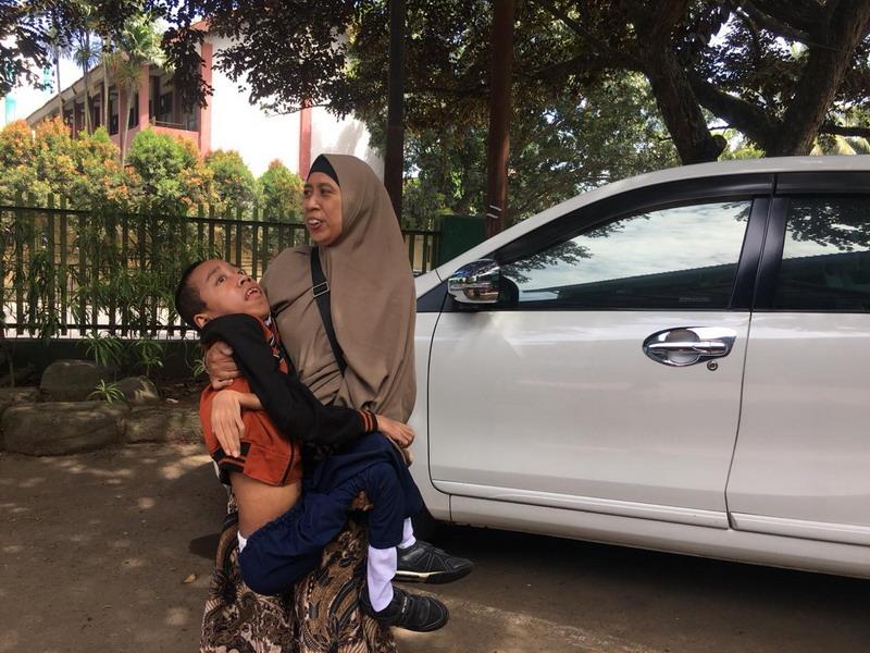 https: img-z.okeinfo.net content 2019 03 19 338 2032342 ibu-ini-rela-gendong-anaknya-yang-idap-distrofi-otot-ke-sekolah-pmpTScNLXc.jpg