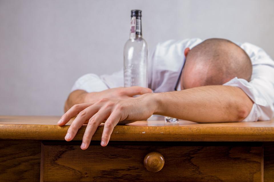 https: img-z.okeinfo.net content 2019 03 19 481 2031923 apa-yang-terjadi-pada-tubuh-saat-anda-mabuk-alkohol-IvJHZ8590D.jpg