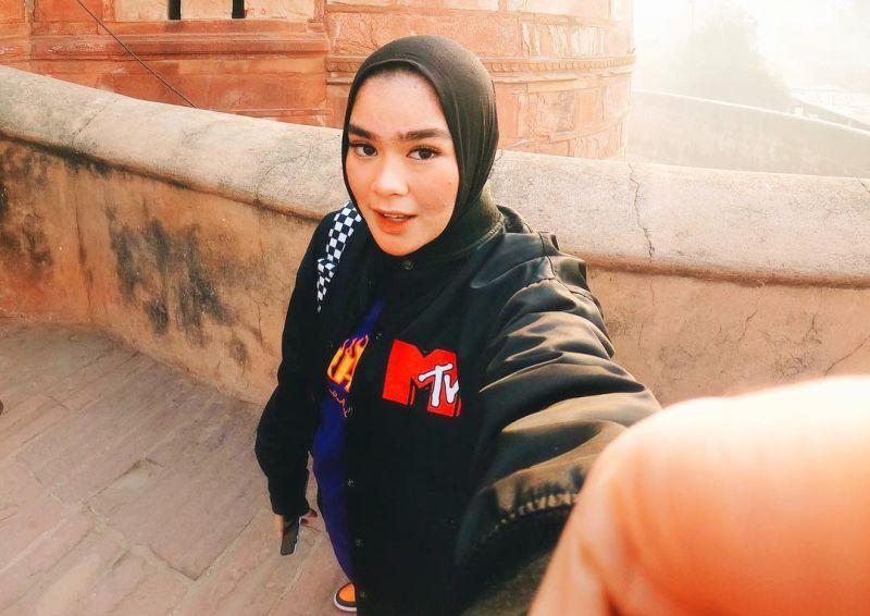 https: img-z.okeinfo.net content 2019 03 20 194 2032475 paduan-hijab-boyish-ala-sivia-azizah-keren-banget-0gx87AMFCo.jpg