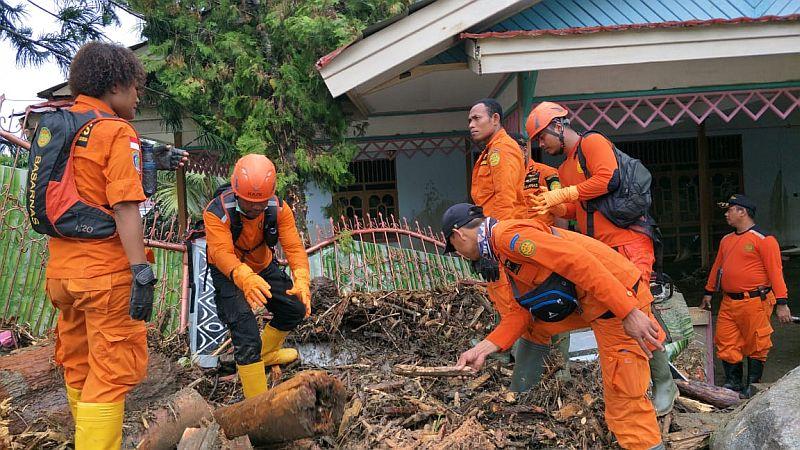 https: img-z.okeinfo.net content 2019 03 22 340 2033705 tim-sar-gabungan-terus-mencari-korban-banjir-bandang-sentani-IRKs1OQmnG.jpg