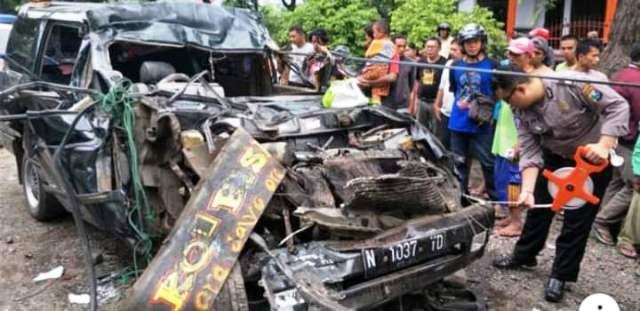https: img-z.okeinfo.net content 2019 03 23 519 2034053 mobil-tabrak-truk-parkir-1-keluarga-tewas-mengenaskan-Im5c7bGmIa.jpg