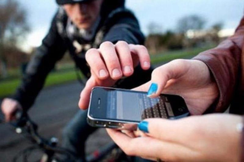 https: img-z.okeinfo.net content 2019 03 29 338 2036523 jambret-di-kawasan-menteng-sasar-pemuda-yang-bermain-handphone-di-jalan-rYOoQsUg4h.jpg
