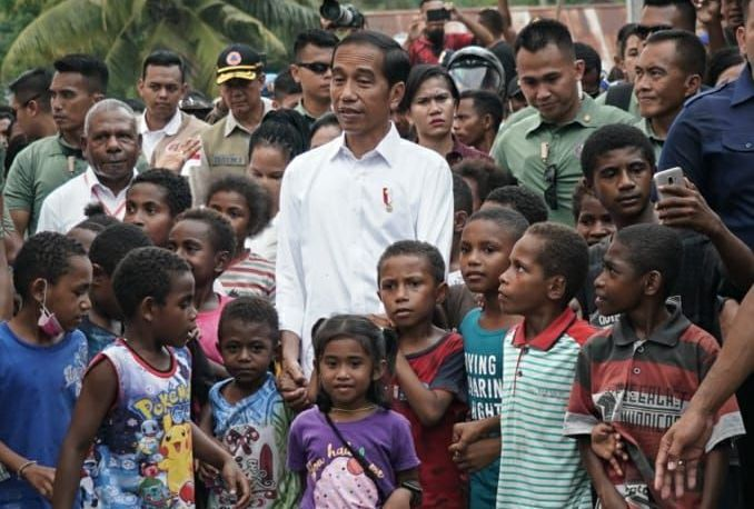https: img-z.okeinfo.net content 2019 04 01 340 2037929 anak-anak-jayapura-minta-jokowi-betulkan-sekolah-yang-diterjang-banjir-bandang-YsTFIh4n4R.jpg