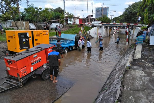 https: img-z.okeinfo.net content 2019 04 04 512 2038913 viaduk-gilingan-solo-banjir-arus-lalu-lintas-dialihkan-oEs7h5ASnU.jpg