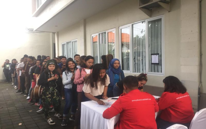 https: img-z.okeinfo.net content 2019 04 06 598 2039930 warga-denpasar-serbu-audisi-the-voice-indonesia-2019-kk9NmYaxim.jpg