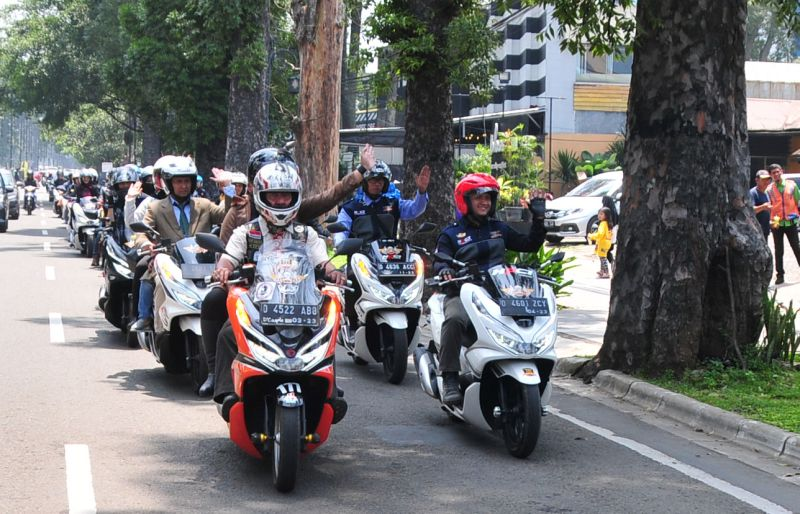 https: img-z.okeinfo.net content 2019 04 08 15 2040606 cara-unik-ratusan-bikers-pcx-riding-dengan-gaya-perlente-ddNPcjD2mj.jpg