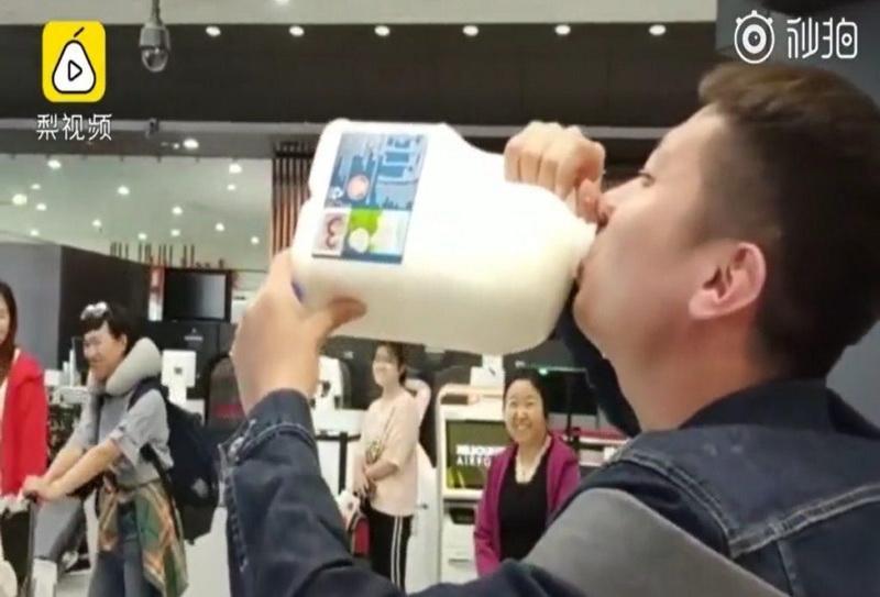 https: img-z.okeinfo.net content 2019 04 08 406 2040420 viral-wisatawan-tiongkok-tenggak-2-5-liter-susu-di-bandara-melbourne-IBACaEo5uC.jpg