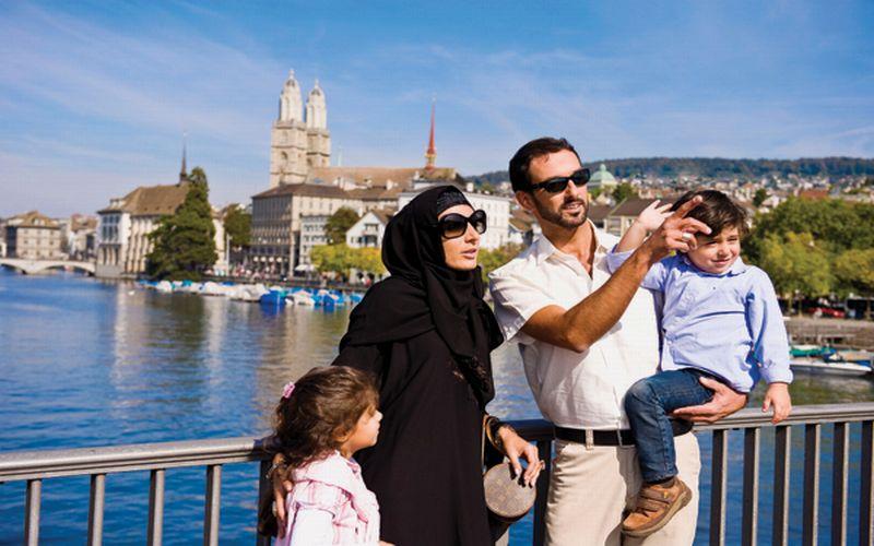 https: img-z.okeinfo.net content 2019 04 08 406 2040725 wisatawan-muslim-lebih-royal-belanjakan-uang-saat-wisata-ONVwKfL3BA.jpg