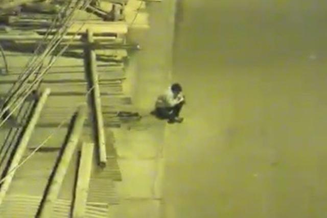 https: img-z.okeinfo.net content 2019 04 10 18 2041678 bocah-12-tahun-kerjakan-pr-di-trotoar-karena-keluarganya-tak-mampu-bayar-listrik-2H0VKp9uJc.jpg