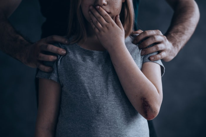 https: img-z.okeinfo.net content 2019 04 10 196 2041519 orangtua-harus-peka-kenali-tanda-tanda-anak-mengalami-kekerasan-seksual-EtKlsWGIQG.jpg