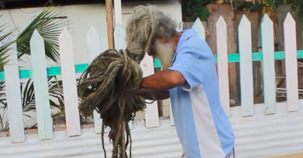 https: img-z.okeinfo.net content 2019 04 10 612 2041603 pria-ini-tak-cukur-rambut-selama-40-tahun-Lxz19yRx8I.jpg