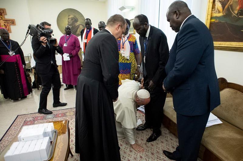 https: img-z.okeinfo.net content 2019 04 12 18 2042398 paus-fransiskus-cium-kaki-pemimpin-sudan-selatan-ada-apa-LjxRVvYIM4.jpg