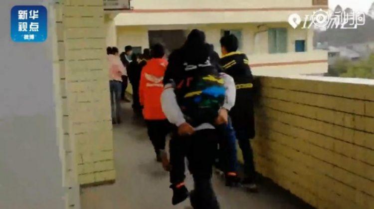 https: img-z.okeinfo.net content 2019 04 13 18 2043135 bocah-12-tahun-di-china-gendong-temannya-yang-cacat-di-sekolah-selama-enam-tahun-dNkcSZ6Lho.jpg