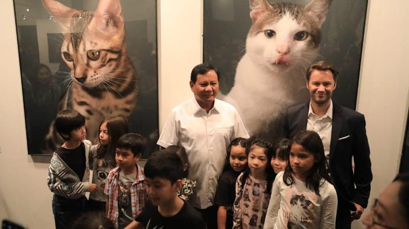 https: img-z.okeinfo.net content 2019 04 14 605 2043482 prabowo-hadiri-pameran-seni-foto-kucing-bobby-the-cat-jadi-perhatian-utama-CTJ7hOjeph.jpeg