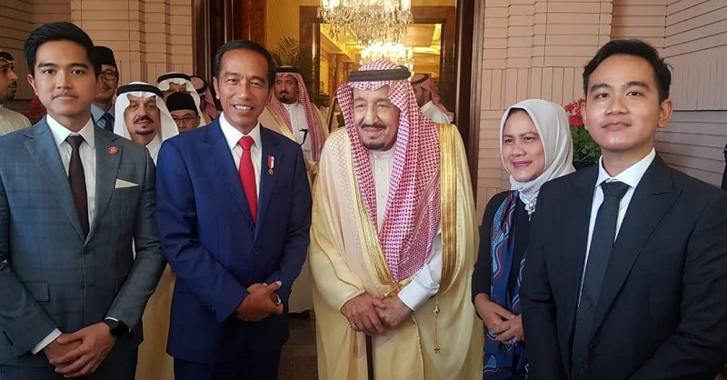 https: img-z.okeinfo.net content 2019 04 15 194 2043561 gaya-keren-gibran-dan-kaesang-bertemu-raja-salman-di-arab-saudi-Reg6E5BpmJ.jpg