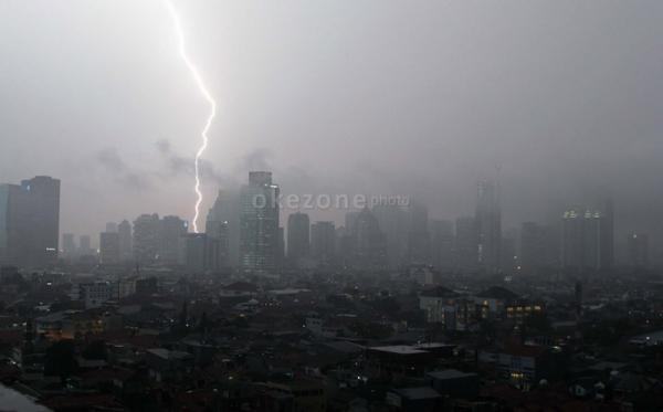 https: img-z.okeinfo.net content 2019 04 16 338 2043968 bmkg-prediksi-sebagian-wilayah-jakarta-akan-hujan-disertai-petir-MBgydrQMsA.jpg