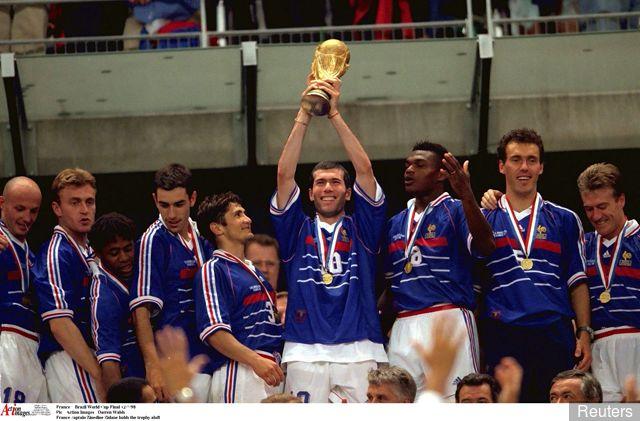 https: img-z.okeinfo.net content 2019 04 16 51 2044126 5-pemain-terbaik-dalam-sejarah-sepakbola-prancis-nomor-1-sabet-3-trofi-ballon-dor-rzGlnhHyq7.jpg