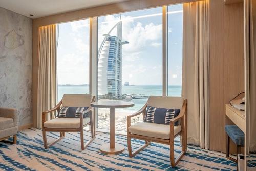 https: img-z.okeinfo.net content 2019 04 18 470 2045244 adu-kemewahan-burj-al-arab-vs-jumeirah-beach-hotel-paling-mewah-di-dubai-RtcTHBfsKD.png