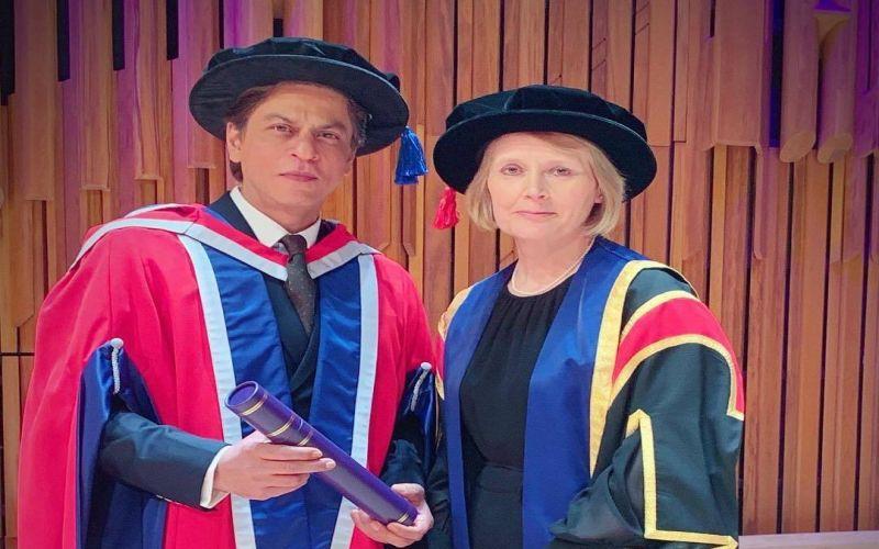 https: img-z.okeinfo.net content 2019 04 19 33 2045524 shah-rukh-khan-raih-gelar-doktor-honoris-causa-dari-kampus-inggris-S2gmGZucl6.jpg