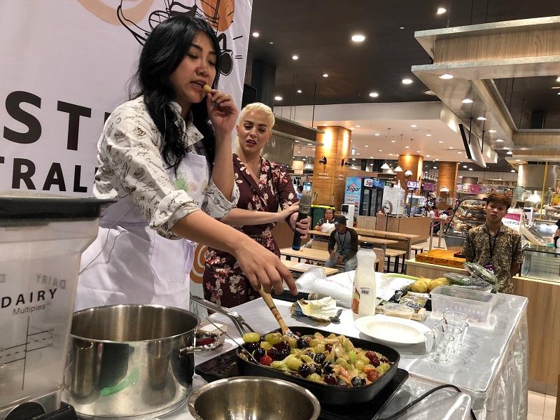 https: img-z.okeinfo.net content 2019 04 20 298 2045868 masak-daging-steak-dengan-saus-buah-ini-keseruan-masak-bareng-chef-vania-wibisono-pEe1FYD2yl.jpeg