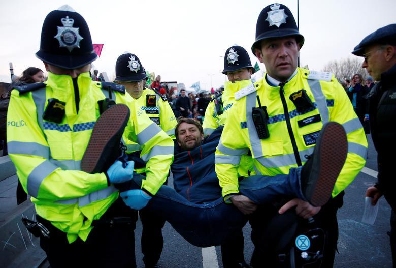 https: img-z.okeinfo.net content 2019 04 22 18 2046573 1-000-orang-ditangkap-terkait-protes-perubahan-iklim-di-london-5VwfojSTIx.jpg