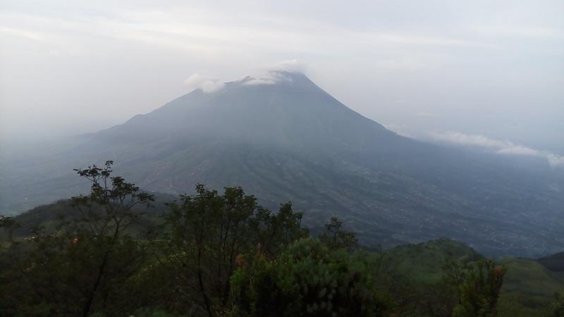 https: img-z.okeinfo.net content 2019 04 24 510 2047331 gunung-merapi-luncurkan-2-guguran-lava-sejauh-1-000-meter-SD4jqguEyH.jpg