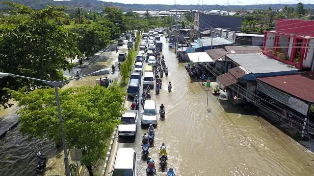 https: img-z.okeinfo.net content 2019 04 29 340 2049584 sejumlah-ruas-jalan-dan-permukiman-warga-sorong-dikepung-banjir-5KgZ3IBzcZ.jpg