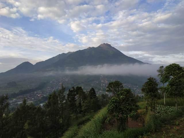 https: img-z.okeinfo.net content 2019 04 29 510 2049244 guguran-lava-pijar-terpantau-meluncur-dari-merapi-sejauh-650-meter-YuijuSmhib.jpg