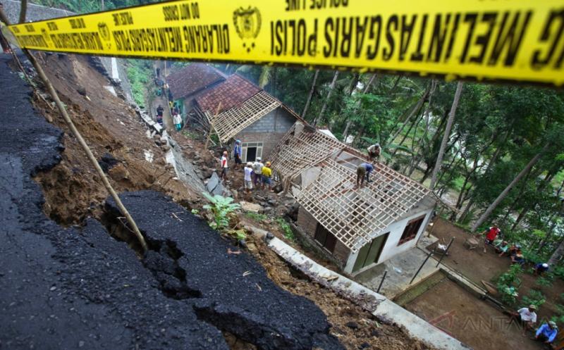 https: img-z.okeinfo.net content 2019 04 30 337 2049715 semarang-jadi-daerah-tanah-ambles-paling-parah-di-indonesia-bukan-jakarta-jfya9AxHhJ.jpg