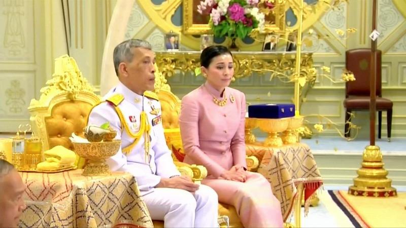 https: img-z.okeinfo.net content 2019 05 02 18 2050467 beberapa-hari-sebelum-dinobatkan-raja-thailand-nikahi-pengawal-pribadinya-JA91VfJNUA.jpg