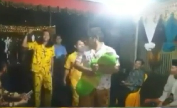 https: img-z.okeinfo.net content 2019 05 02 194 2050752 viral-datang-ke-pernikahan-para-pemuda-ini-pakai-piyama-F9Jwchrf2X.jpg