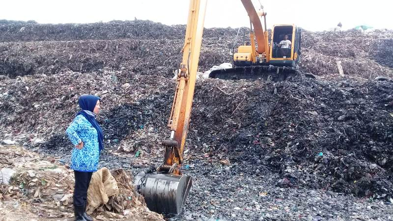 https: img-z.okeinfo.net content 2019 05 03 338 2050854 sampah-di-bekasi-tak-diangkut-3-bulan-pemkot-sebut-alat-berat-rusak-SKippgUUAR.jpg