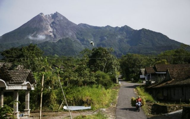 https: img-z.okeinfo.net content 2019 05 03 510 2050962 gunung-merapi-luncurkan-guguran-lava-pijar-sejauh-900-meter-uVZFSVELiW.jpg