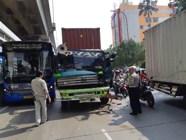 https: img-z.okeinfo.net content 2019 05 04 338 2051425 truk-trailer-tabrak-transjakarta-di-tanjung-priok-lalin-tersendat-EuaxvNEt4p.jpg