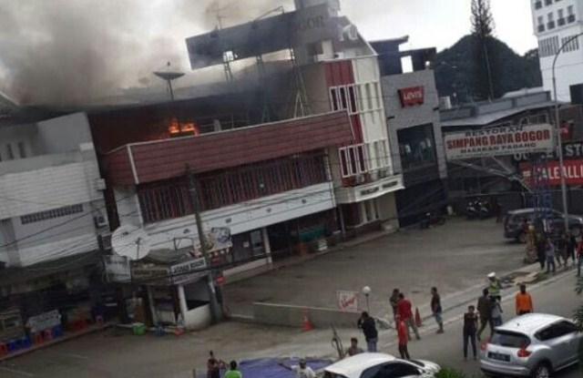 https: img-z.okeinfo.net content 2019 05 05 338 2051766 restoran-padang-depan-botani-square-terbakar-i1M18P7nnM.jpg