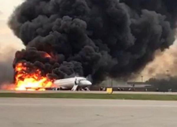 https: img-z.okeinfo.net content 2019 05 07 18 2052412 pesawat-rusia-yang-terbakar-di-moskow-disambar-petir-sebelum-kecelakaan-7hC91COMq0.jpg