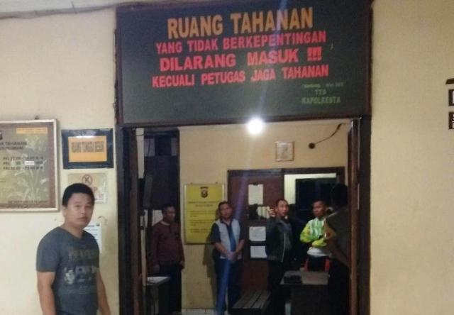 https: img-z.okeinfo.net content 2019 05 07 610 2052651 polisi-dalami-keterlibatan-wanita-terkait-kaburnya-30-tahanan-polresta-palembang-qldjxtFkQF.jpg