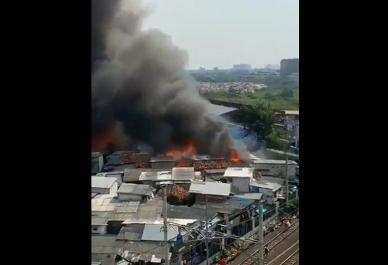 https: img-z.okeinfo.net content 2019 05 11 338 2054527 ledakan-kompor-diduga-jadi-penyebab-kebakaran-di-kampung-bandan-hvrQSMEGew.jpg