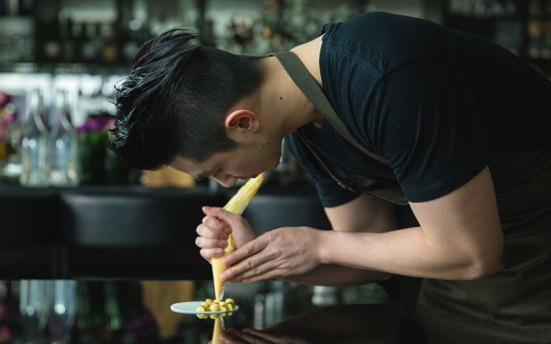 https: img-z.okeinfo.net content 2019 05 12 298 2054568 pesona-chef-reynold-poernomo-juri-tamu-di-masterchef-indonesia-x1GLXSXO8h.jpg