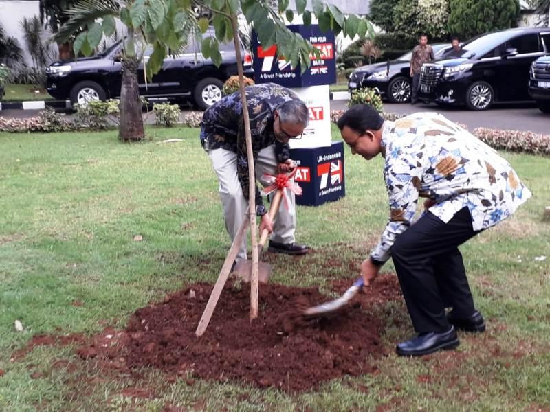 https: img-z.okeinfo.net content 2019 05 12 338 2054771 gubernur-anies-dan-moazzam-malik-tanam-pohon-tandai-kerjasama-bilateral-indonesia-inggris-STYMPLJthX.jpg