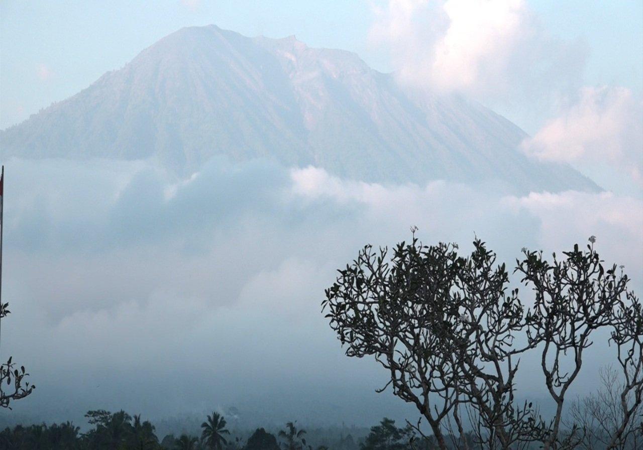 https: img-z.okeinfo.net content 2019 05 13 244 2054877 pasca-erupsi-gunung-agung-warga-diminta-hindari-zona-bahaya-Vp9v0WdliH.jpg